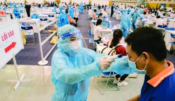 女歌手芳清協助民眾接種。