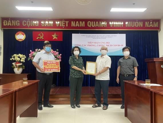 市越南祖國陣線委員會主席蘇氏碧珠代表接收。