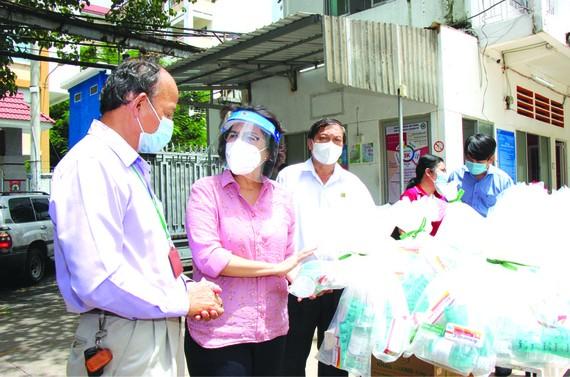 蘇氏碧珠主席(左二)看望及贈送禮物 給隔離區民眾。
