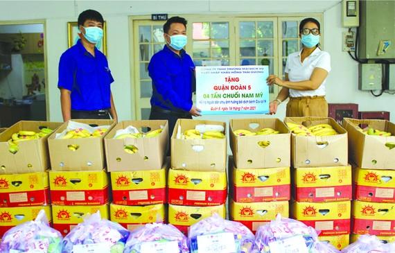 紅太陽公司代表向第五郡共青團郡委 移交4噸南美香蕉輔助因疫情受影響者。