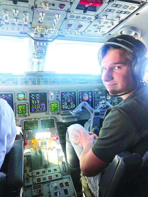 今年的相片顯示戴蒙身處飛機駕駛艙內。
