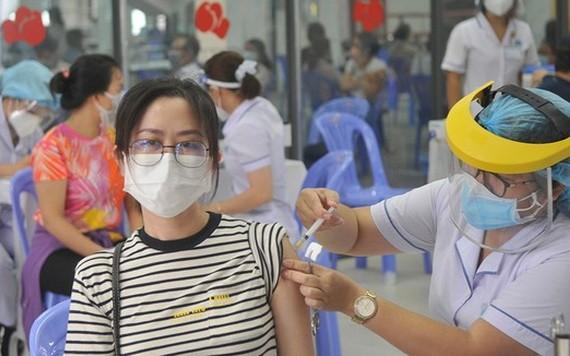 為平盛郡居民接種新冠疫苗。