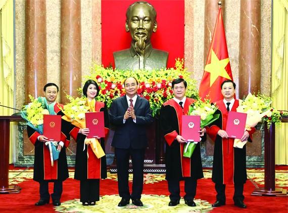 經國會批准後,國家主席、中央司法改革指委會主任阮春福日前已向4名高級審判官頒授出任最高人民法院審判官職務的委任《決定》。