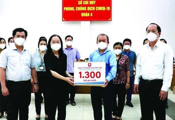 永進公司總經理林松耀(左三)向第四郡 人委會捐贈社會民生必需品。