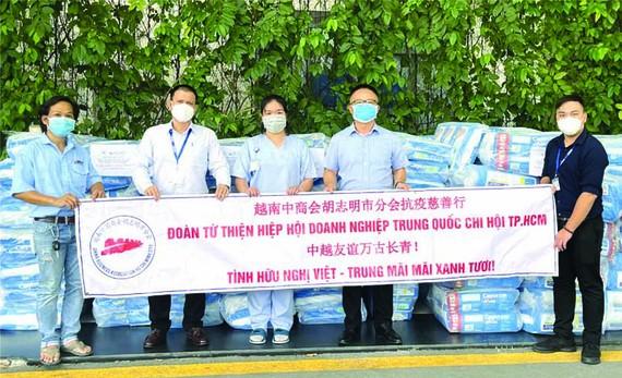 越南中商會胡志明市分會 向平陽 Becamex醫院捐贈抗疫 物資。