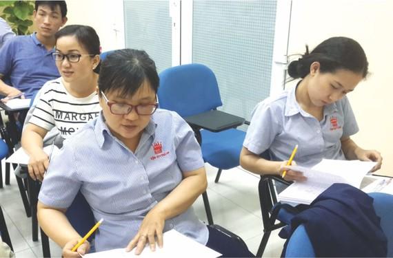 萬成公司員工正在學習華文會話班。