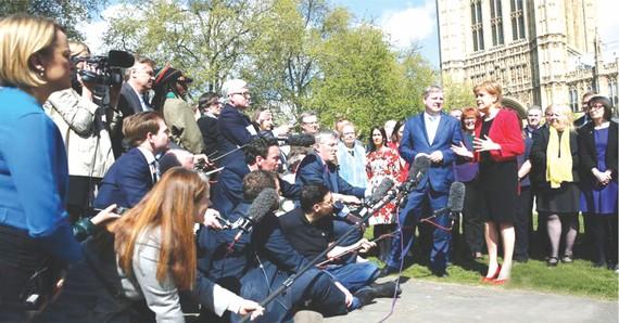 蘇格蘭政府首席大臣妮古拉‧斯特金(前排右)在議會大廈外接受採訪。(圖片來源:互聯網)