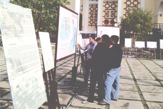 """""""越南黃沙與長沙-若干歷史與法理憑據""""地圖資料展在廣南省會安市清化圖書館開幕。"""