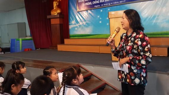 阮氏映紅專員向小學生講述有關防止少兒 性侵犯專題。(圖片來源)