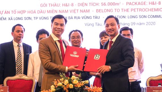 Ông Nguyễn Khánh Lâm – Chủ tịch HĐQT kiêm TGĐ Công ty CP Xây dựng World Steel (bên trái) và ông Phạm Văn Triêm – Chủ tịch HĐQT Công ty CP Đầu tư & Xây dựng Tân Phước Thịnh (bên phải) trong lễ ký kết hợp đồng