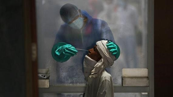Số ca mắc COVID-19 trên thế giới vẫn tiếp tục tăng. Ảnh: AP