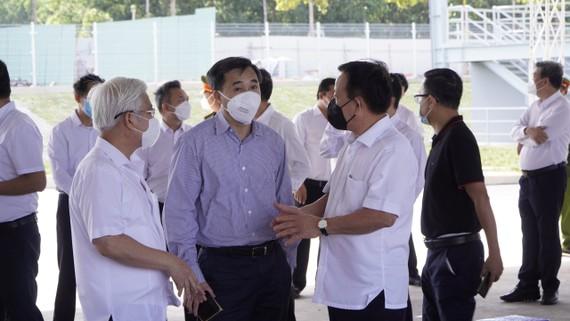 Bí thư Tỉnh ủy Bình Dương Nguyễn Văn Lợi đang trao đổi với lãnh đạo Bộ Y Tế về công tác phòng, chống dịch Covid-19 ở Bình Dương. Ảnh: ANH TRẦN