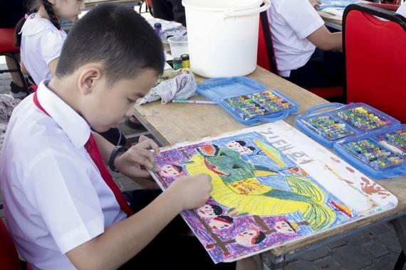 Tác phẩm Lễ hội rước cá ông được hoàn thiện dưới bàn tay khéo léo của em Quốc Vương (lớp 4/3, trường TH Bế Văn Đàn).