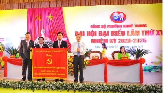 Đảng bộ quận Cẩm Lê tặng cờ cho Đảng bộ phường Khuê Trung tại Đại hội Đảng bộ phường Khuê Trung nhiệm kỳ 2020-2025.
