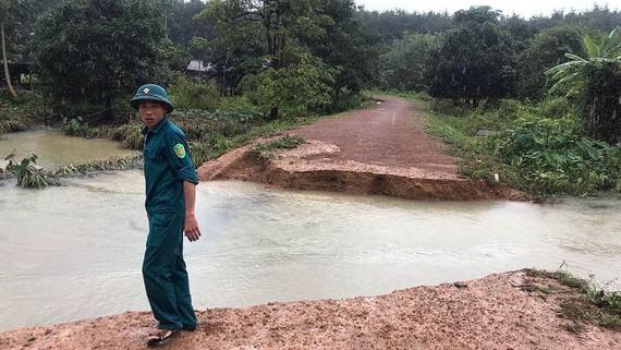 Một đoạn đường dẫn vào thôn ở xã biên giới Ia Đal bị sạt lở