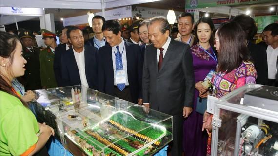 Phó Thủ tướng Thưòng trực Trương Hòa Bình tham quan sản phẩm của các nhà khoa học tại Techdemo 2019 Gia Lai. Ảnh: VGP
