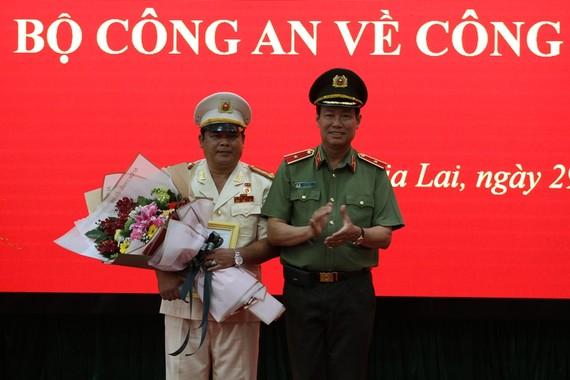 Đại tá Rah Lan Lâm (bên trái) nhận quyết định bổ nhiệm làm Giám đốc Công an tỉnh Gia Lai