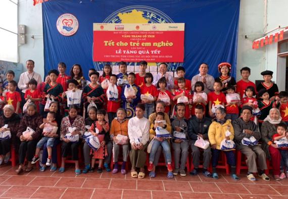 """Ban tổ chức chương trình """"Vầng trăng cổ tích"""" tặng quà cho trẻ em nghèo ở Trung tâm Bảo trợ xã hội tỉnh Hòa Bình vào tháng 12-2019"""