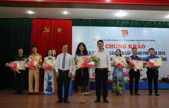 BTC trao giải nhất cho thí sinh Vũ Thị Thúy Hòa, Đoàn viên Chi đoàn giáo viên trường Phan Châu Trinh