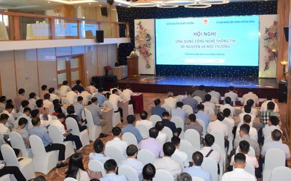 Các đại biểu trao đổi kinh nghiệm đẩy mạnh ứng dụng CNTT ngành TNMT