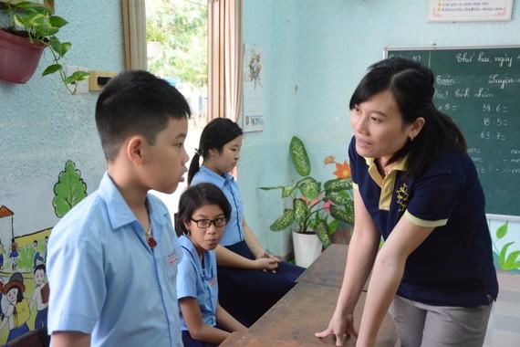 """Cô Lê Thị Giang, công tác tại Trung tâm Hỗ trợ phát triển giáo dục hòa nhập Đà Nẵng, 1 trong 25 giáo viên được tặng giải thưởng """"Nhà giáo Đà Nẵng tiêu biểu"""" năm học 2018-2019"""