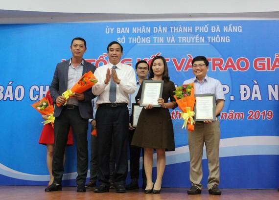 """Ông Lê Trung Chinh trao các giải cho nhóm đề tài tuyên truyền về năm chủ đề 2019 """"Năm tiếp tục đẩy mạnh thu hút đầu tư"""""""