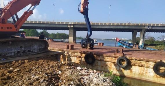 Công ty Cổ phần Cấp nước Đà Nẵng (Dawaco) khẩn trương triển khai thi công xây dựng công trình đập tạm ngăn mặn trên sông Cẩm Lệ với tổng chi phí 14 tỉ đồng