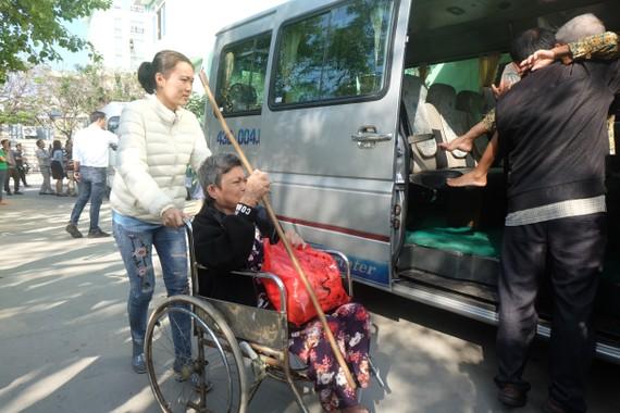 """Ngày 21 và 22-1, Bệnh viện Đà Nẵng phối hợp với các nhà hảo tâm tổ chức chương trình """"Chuyến xe nghĩa tình Xuân Canh Tý 2020"""" dành cho người bệnh nghèo vừa xuất viện về quê ăn tết"""