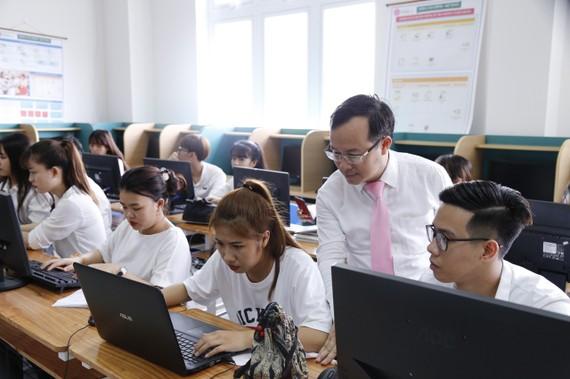 Một số đơn vị trường học triển khai học trực tuyến với những môn học đủ điều kiện