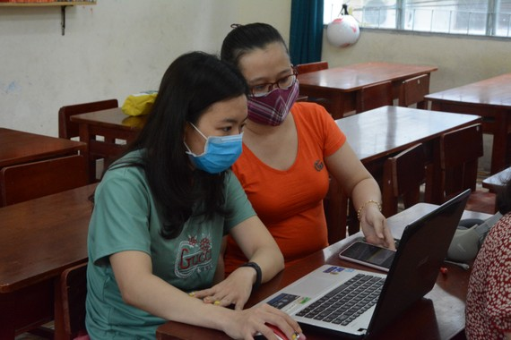 Giáo viên tiếp tục hướng dẫn học sinh tự ôn tập, làm bài tập trong thời gian nghỉ học