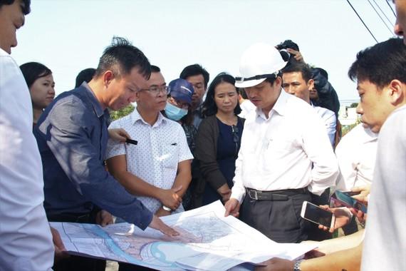 Ông Đặng Việt Dũng, Phó Chủ tịch UBND TP Đà Nẵng đi kiểm tra và xử lý ô nhiễm hồ Bàu Trảng