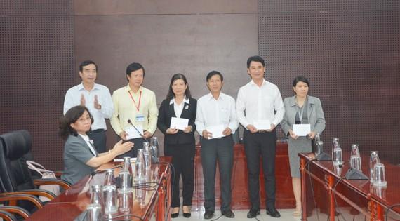 Ông Lê Trung Chinh, Phó Chủ tịch UBND TP Đà Nẵng khen thưởng cho 5 tập thể xuất sắc trong công tác phòng chống dịch bệnh