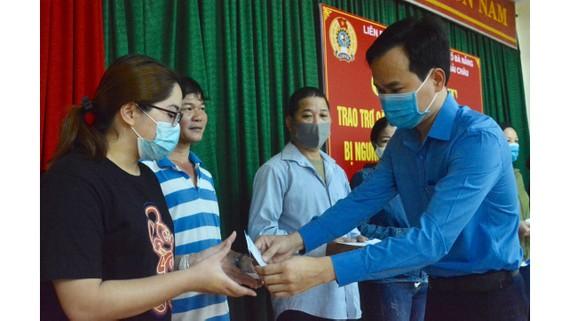 Ông Nguyễn Duy Minh, Ủy viên Ban chấp hành Tổng Liên đoàn Lao động Việt Nam, Thành ủy viên, Chủ tịch Liên đoàn Lao động TP Đà Nẵng trao quà cho đoàn viên, người lao động bị mất việc làm do ảnh hưởng dịch Covid-19