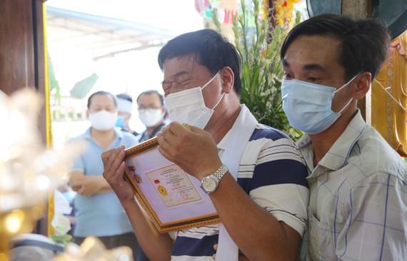 """Cha của Thượng sĩ Võ Văn Toàn thay mặt gia đình nhận huy hiệu """"Tuổi trẻ dũng cảm"""" của con"""