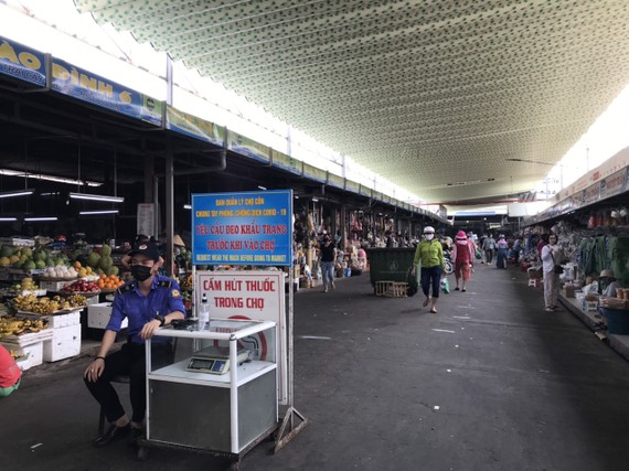 Đeo khẩu trang trước khi vào chợ