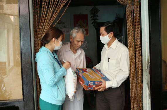 Những suất quà nghĩa tình trực tiếp đến tay người nghèo ở TP Đà Nẵng