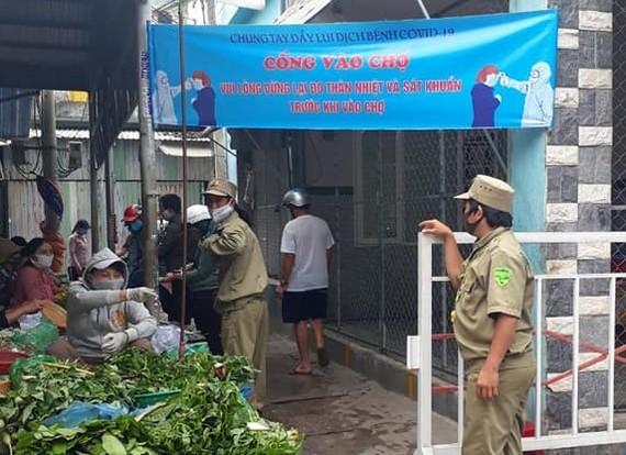 Điều tiết người ra vào chợ Chiều (phường Thọ Quang, quận Sơn Trà, TP Đà Nẵng)
