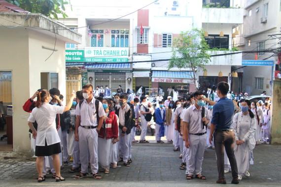 Hầu như học sinh các trường đều mang khẩu trang khi bước vào trường