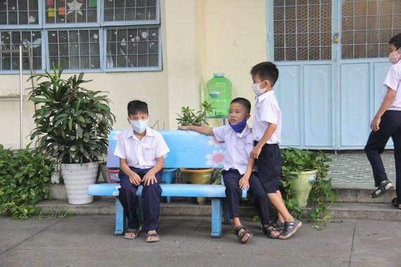 Trừ giờ ra chơi, các trường học không bắt buộc người dạy, người học đeo khẩu trang trong các hoạt động dạy - học, bán trú