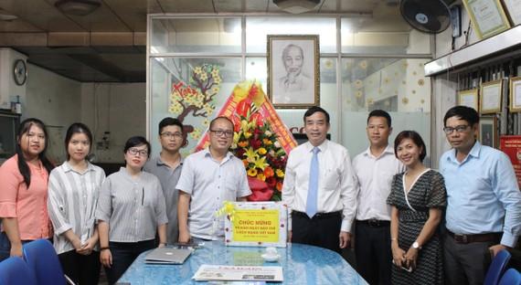 Ông Lê Trung Chinh, Phó Chủ tịch UBND TP Đà Nẵng đến thăm, tặng hoa và chúc mừng Văn phòng đại diện Báo SGGP tại miền Trung