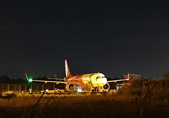 Ngay khi xuống sân bay, toàn bộ hành khách được lực lượng kiểm dịch y tế quốc tế sân bay Đà Nẵng tiến hành giám sát y tế