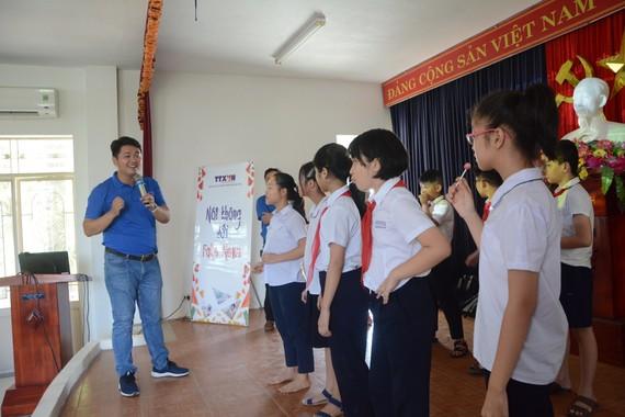 Các em học sinh trường Tiểu học Phù Đổng đang chơi trò chơi Truyền tin