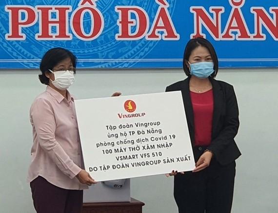 Bà Ngô Thị Kim Yến, giám đốc Sở Y tế Đà Nẵng tiếp nhận 100 máy thở xâm nhập VSMART VFS 510 của tập đoàn Vingroup