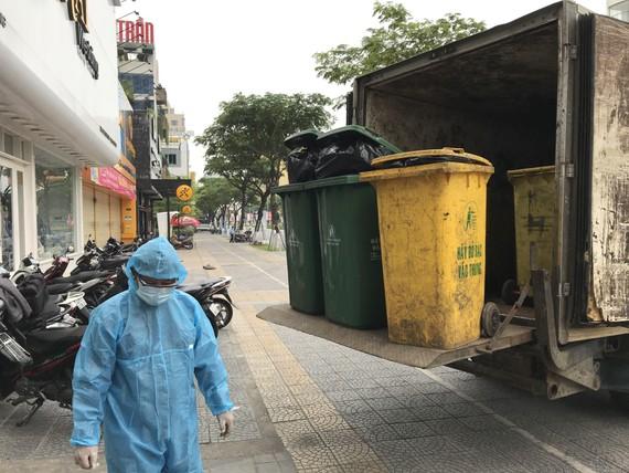 Công ty CP Môi trường đô thị Đà Nẵng thu gom rác tại khách sạn được chọn làm khu vực cách ly y tế