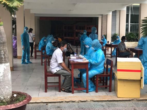 Lực lượng chức năng triển khai xét nghiệm đối với người dân trong khu vực phong tỏa
