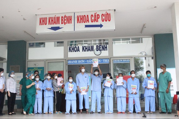 Trao giấy xuất viện cho 10 bệnh nhân Covid-19 tại Bệnh viện dã chiến Hòa Vang