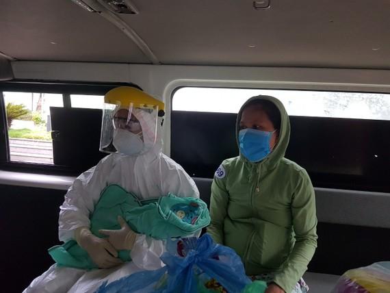Xe cấp cứu bệnh viện dã chiến Hoà Vang đưa sản phụ và con gái về nhà