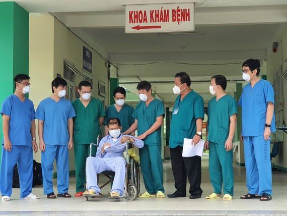 Các bác sĩ trao giấy xuất viện cho bệnh nhân 582