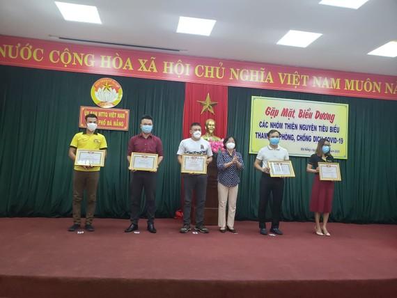 Ủy ban MTTQ Việt Nam TP Đà Nẵng tặng bằng khen biểu dương 20 câu lạc bộ, nhóm, đội, hội và cá nhân… đại diện cho 60 nhóm thiện nguyện toàn thành phố