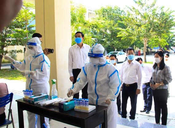 Lãnh đạo TP Đà Nẵng kiểm tra nơi xét nghiệm tại điểm thi trường THPT Võ Chí Công